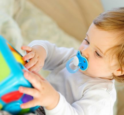 Pozwól uczyć się małemu dziecku mowy